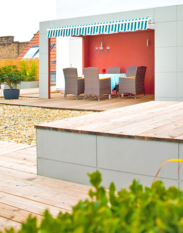 Pavillon und Sitzpodest mit Lärchendielen