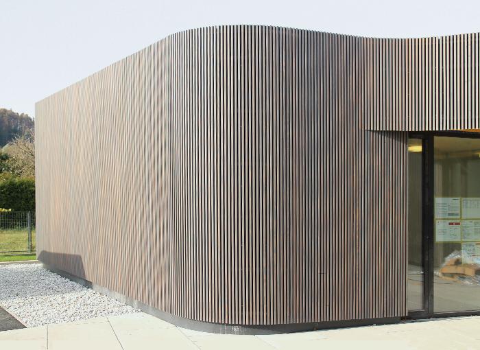 Eingangsbereich mit geschwungener Leistenfassade