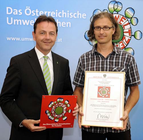 Umweltminister Niki Berlakovits und Firmeninhaber Siegfried Walli bei der Übergabe des Umweltzeichen