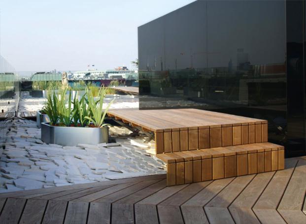 Terrasse mit freistehender Holztreppe in Thermoesche in aufwendiger Verlegung von WALLI