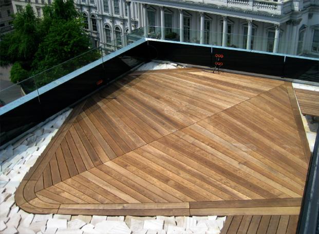 Terrasse mit Holzdielen aus Thermoesche, aufwendig und hochwertig verlegt von WALLI