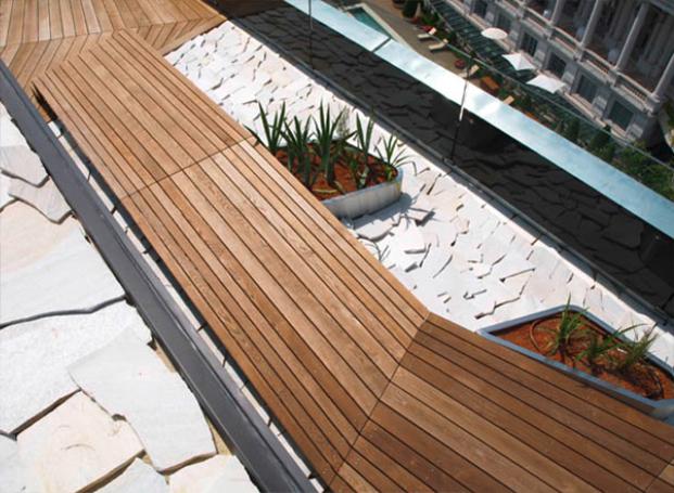 Holzterrasse in Thermoesche in raffinierter Verlegung