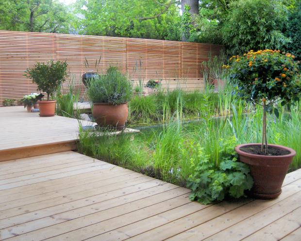 Natürlich Holz –Innenhof mit modernem Sichtschutz und Holzterrasse aus Lärche