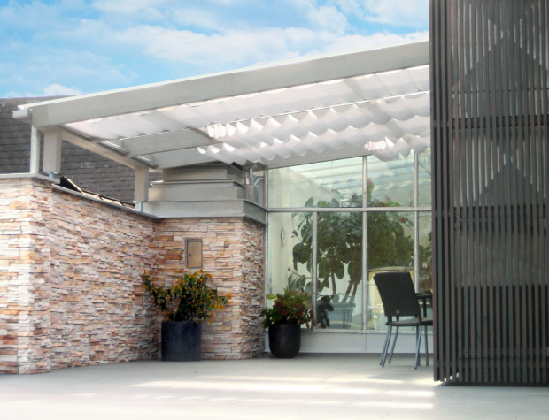 Modernes Terrassendach aus Holz und Glas mit Beschattung und Holzfassade