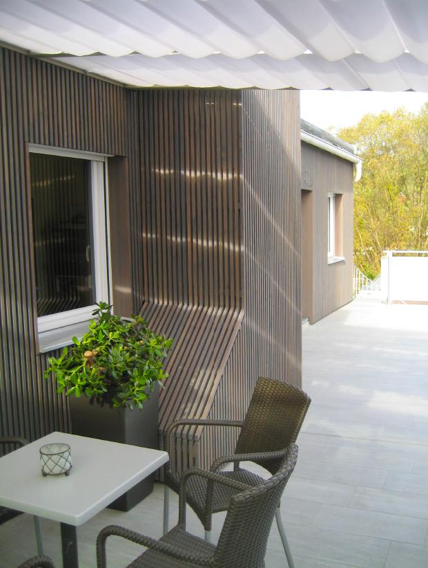 Moderne Holzfassade in Lärche steingrau geölt
