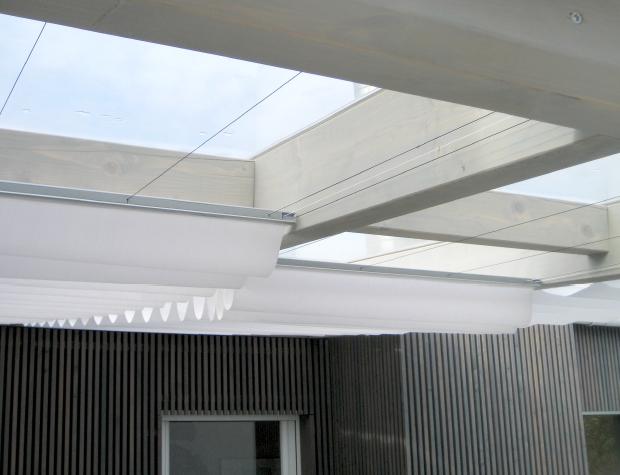 Modernes Terrassendach aus Lärchenholz mit Textil-Beschattung