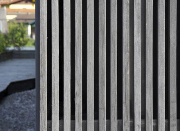 Vorgehängte Holzfassade mit vorgefertigten Leisten-Elementen in elegantem Silber vorvergraut