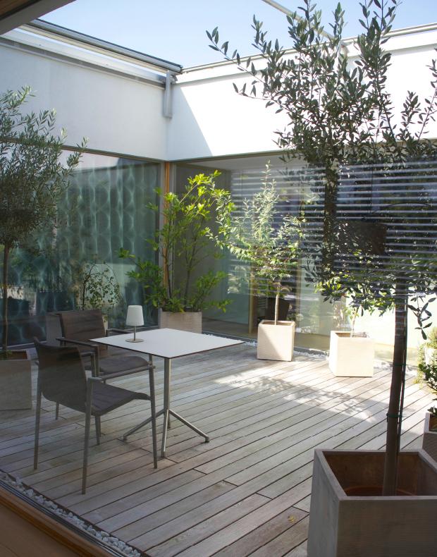 Terrassen-Ausstattung für zeitgemäße Architektur: Moderner Innenhof mit Holzterrasse in Thermoesche