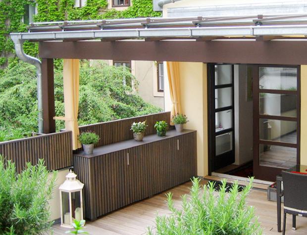 Terrasseneinrichtung aus Holz nach Maß – Dachterrasse im Innenhof