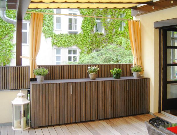 Beschattung, Pflanzgefässe als Sichtschutz, moderne Gartenanrichte aus Holz