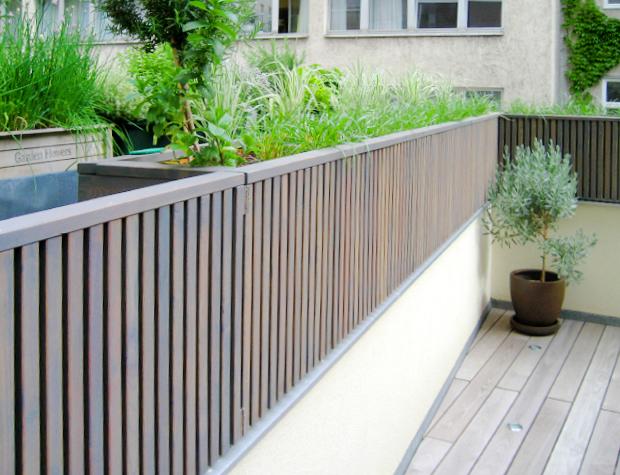 Moderne Pflanzkiste aus Lärche nach Maß als Sichtschutz, Terrassenboden aus Thermoesche mit Lichtspots