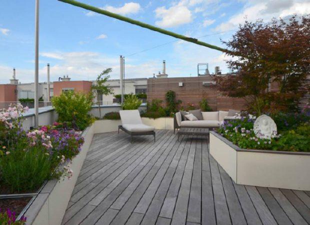 Exklusive Dachterrasse mit Holzboden und Pflanzgefässen