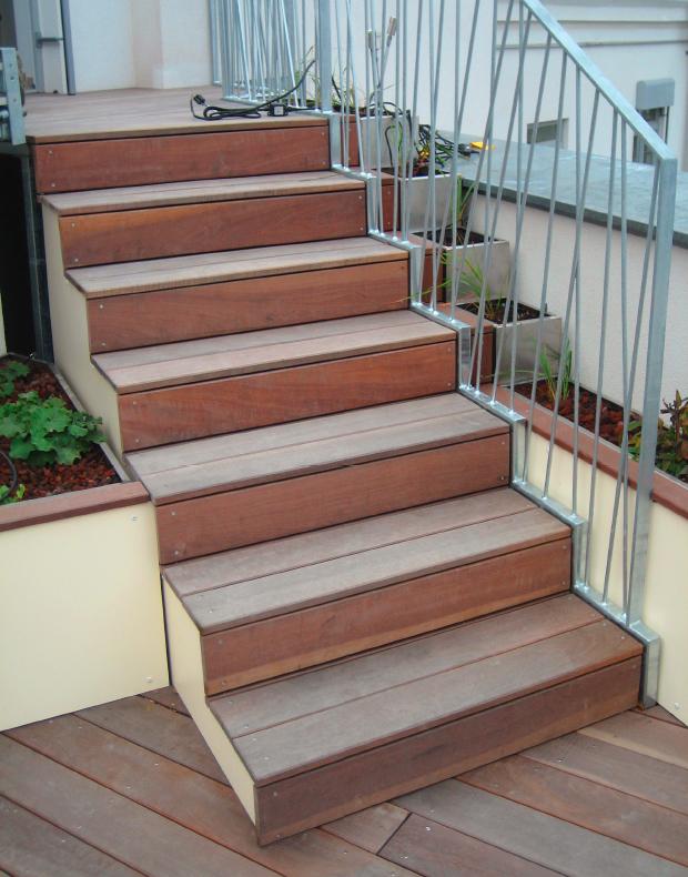 Treppe mit Holzdielen, Pflanzbehälter mit HPL, Holz und Metall