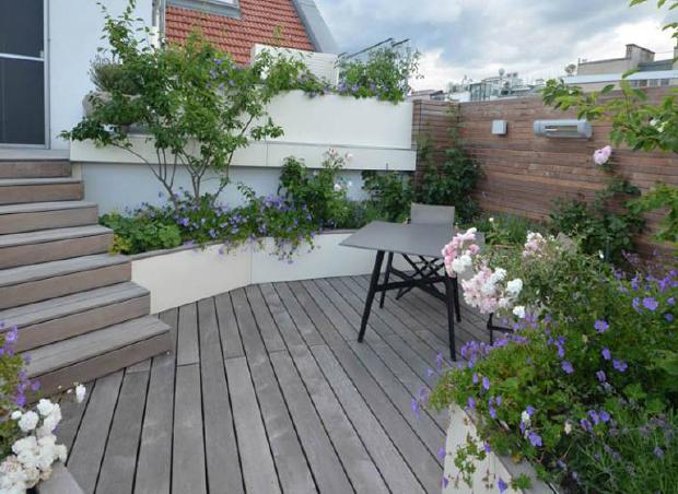 Exklusive Terrassengestaltung und -ausstattung: Treppe, Holzboden und Pflanzbehälter