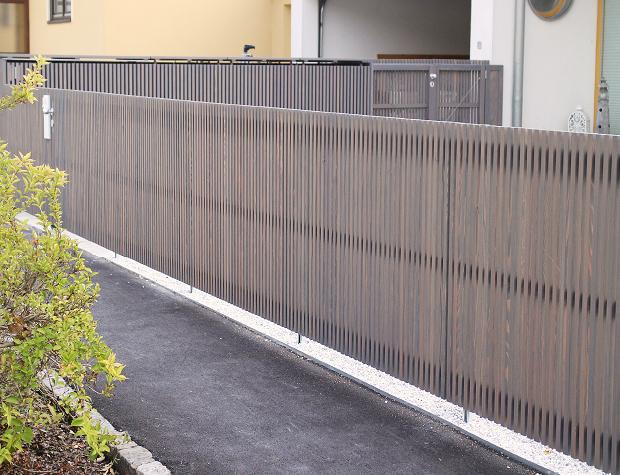 Moderner Gartenzaun mit Leistenwand-Elementen aus Lärche, steingrau geölt