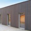 Aus unseren Referenzen: Beispiel für moderne Holzfassaden in Lärche vorvergraut