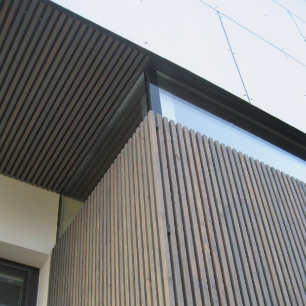 Elegante Holzfassade bzw. Holzfassaden-Elemente aus heimischer Lärche, vorvergraut - ideal zu moderner Architektur