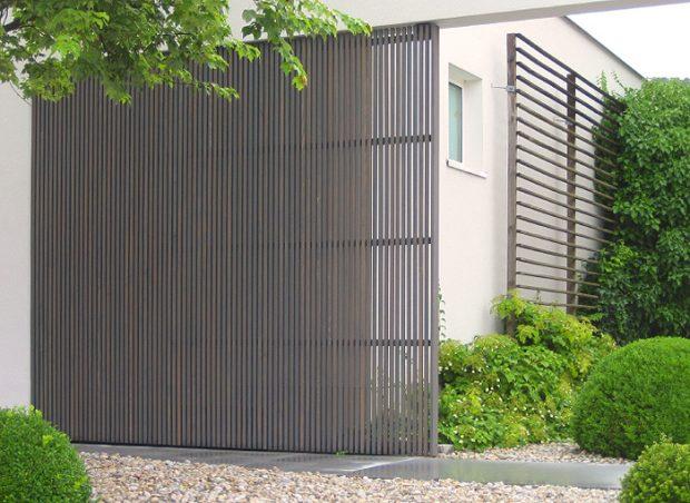 Vorvergraute, moderne Holzfassade bzw. Holzfassaden-Elemente als Gestaltungselement aus heimischer Lärche