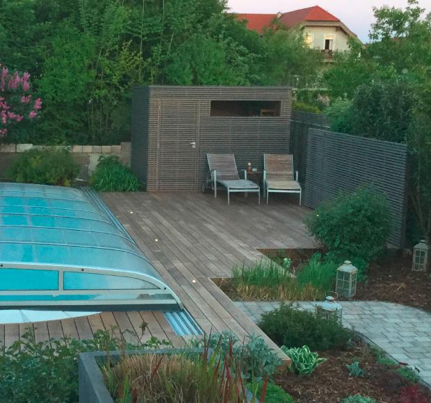 Holzdielen mit Licht-Spots, modernes Gerätehaus und Sichtschutz in Lärche vom Gartentischler