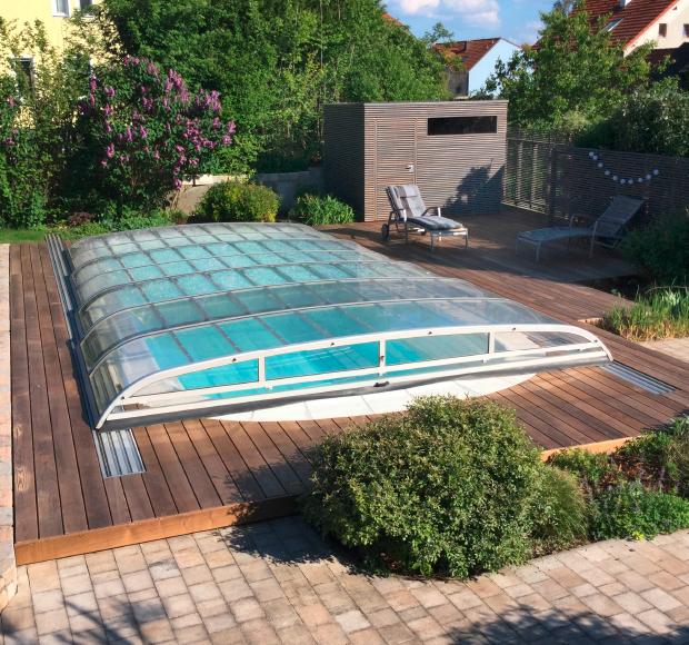 Loungeterrasse mit Holzboden, Sichtschutz und Gartenhaus aus Lärche