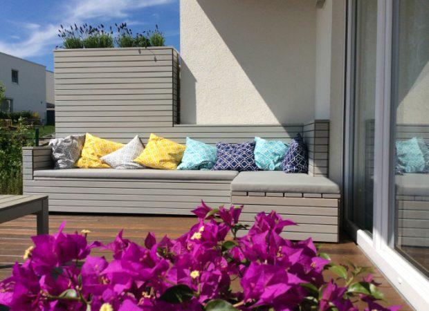 Lounge-Holzsofa / Sofamöbel mit Sichtschutz und Pflanzbehälter nach Maß