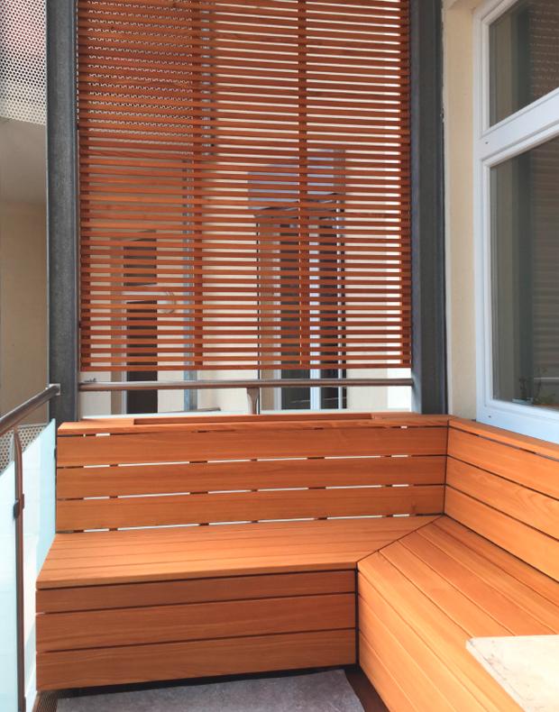 Balkon mit Sitzecke und Sichtschutz