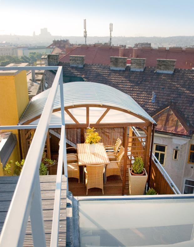 Sturmfest verankert: Pavillon mit Sichtschutz, Rankgittern und Holzterrasse auf der Dachterrasse
