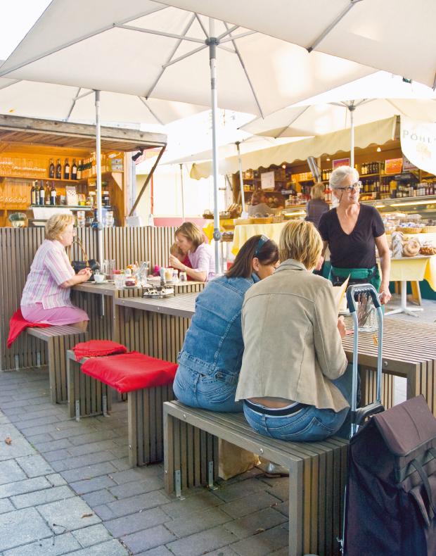 Markttisch Tavola mit Schirmen beim Käsestand