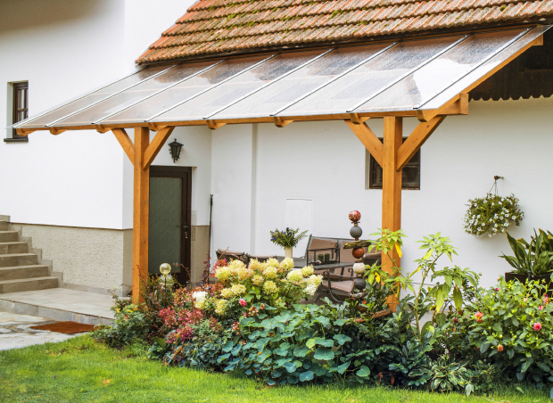 Schönes Terrassendach aus Lärche mit Glas im Innenhof
