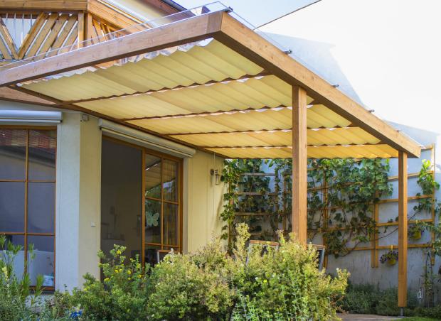 Terrassendach aus Lärche nach Maß mit Beschattung und Glaseindeckung