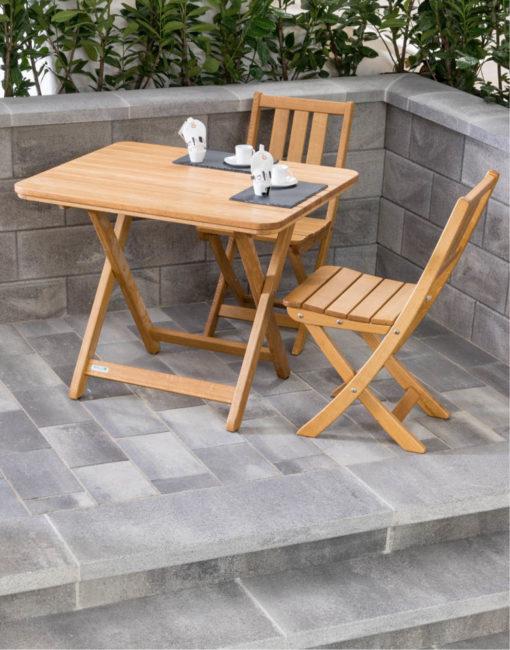 Klassische Heurigen-Möbel: Traditionelle Sitzgarnitur aus Holz vom Gartentischler für Terrasse oder Gastgarten