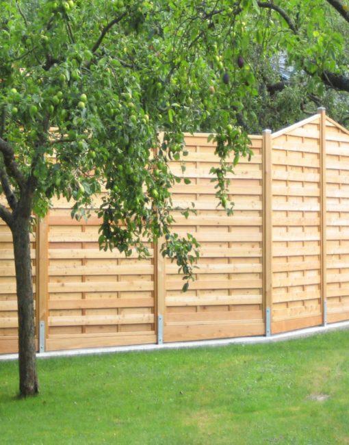Dichtzaun als Sichtschutz im Garten, individuell gestaltet aus heimischem Lärchenholz vom Tischler