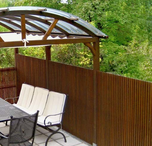 Gartenpavillon in Lärche braun geölt mit Beschattung und Sitzschutz