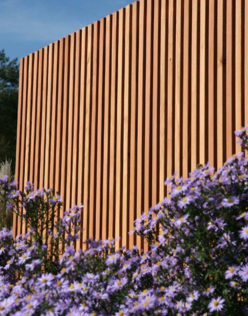 Natürlich Holz: Leistenwand aus Lärche für moderne Garten- und Terrassengestaltung