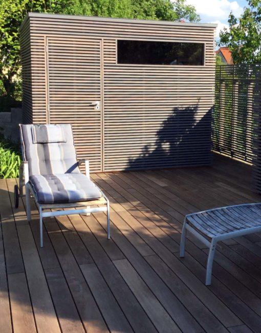 Exklusives Design-Gerätehaus mit Holzlamellen bzw. horizontalem Leistenfeld und Lamellen-Sichtschutzzaun