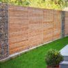 Moderner Sichtschutzzaun Rhombus aus Holz mit horizontalen Lamellen in Lärche