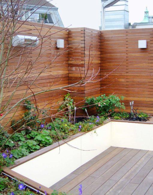Moderne Sichtschutz-Lösung in Holz für die Terrasse: Rhombus-Feld mit horizontalen Holzlamellen in Maßanfertigung