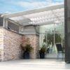 Moderne Terrassenüberdachung –Holz / Lärche hellgrau geölt mit Glas und Beschattung aus Raff-Rollos