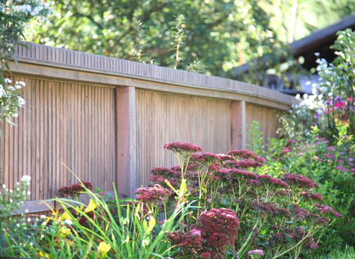 Moderner Gartenzaun aus Lärche mit Leistenfeldern vom Gartentischler