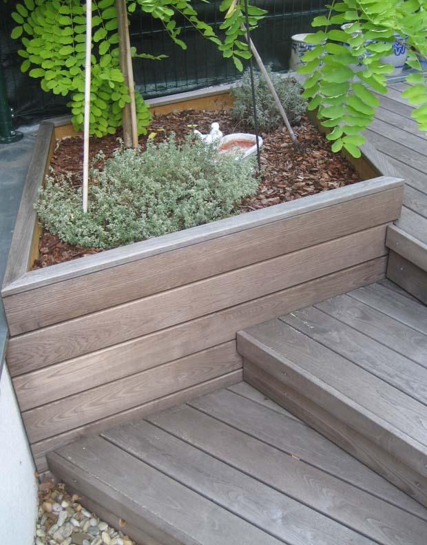Kleines Hochbeet / integrierter Pflanztrog aus Terrassendielen in Maßanfertigung aus Thermoesche