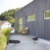 Holzfassade mit Leisten / Lamellen in vorvergrauter Lärche