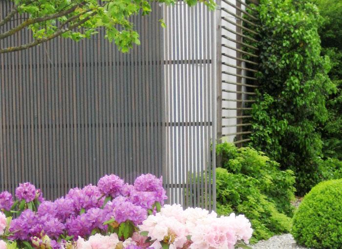 Fassaden-Element aus Holz –moderne Lamellen- bzw. Leistenfelder in Lärche Steingrau