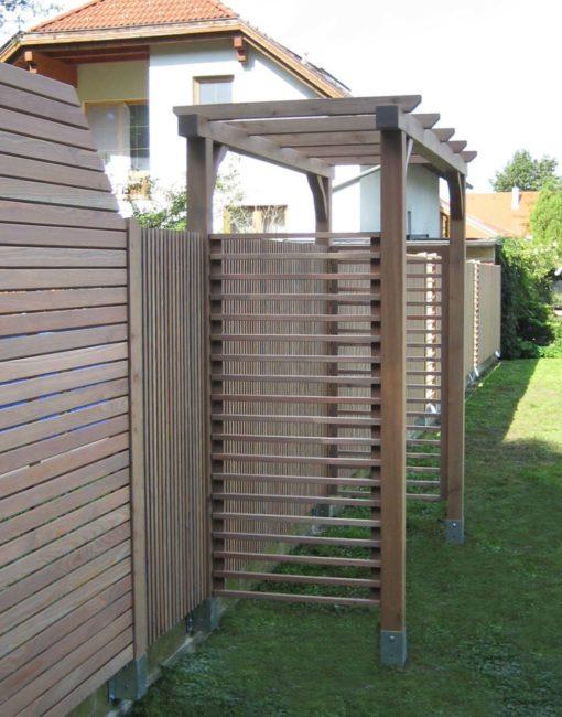 Pergola im Garten mit Rankhilfe zum Bewachsen und Sichtschutzwände / Sichtschutzzaun in Lärche aus Österreich