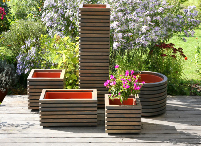 Moderne Pflanztröge aus heimischem Holz (Akazie / Robinie)