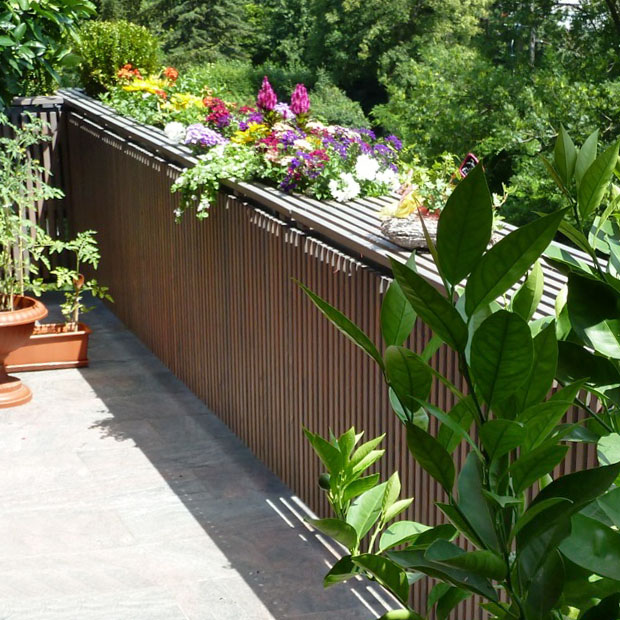 Aus unseren Refernzen: Balkonverkleidung / Balkoneinhausung mit Sichtschutz und integrierten Blumenkisten in Akazie / Robinie