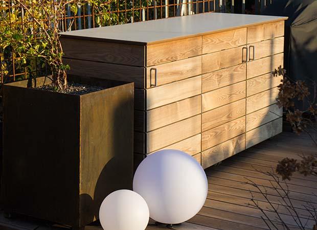 Exklusive Gartenanrichte in HPL und Thermoesche, passend zum Terrassenboden aus Holz