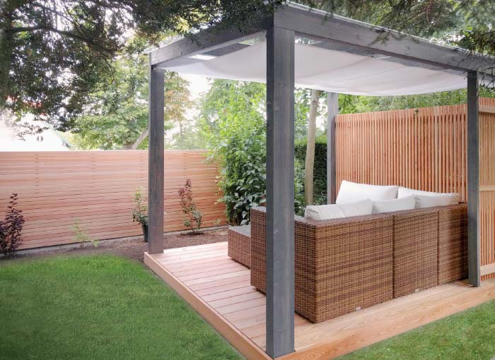 Moderne Gartenlaube nach Maß exklusiv vom Gartentischler: Holzdielen, Dacheindeckung, Beschattung, Lamellen-Sichtschutz sowie Sichtschutz-Zaun in Lärche von WALLI