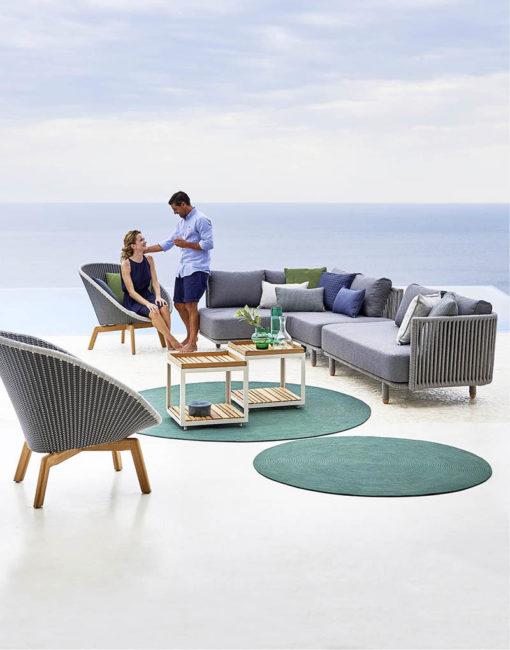 Moments Outdoor Modul Sofa und Peacock Lounge Chair von Cane-line bei WALLI Wohnraum Garten