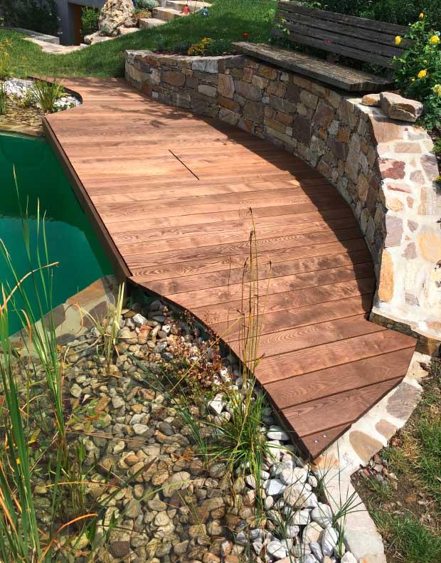 Individuelles Terrassendeck: Holzdielen in Thermoesche am Schwimmteich im Naturgarten