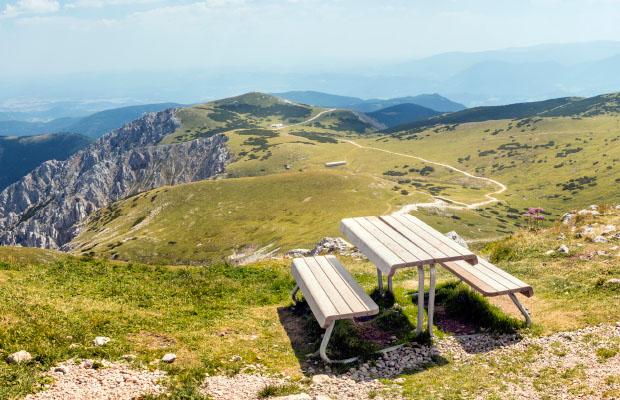 Exklusive Tisch-Bank in Lärche für die Wiener Alpen in Niederösterreich von WALLI Gartenmöbel